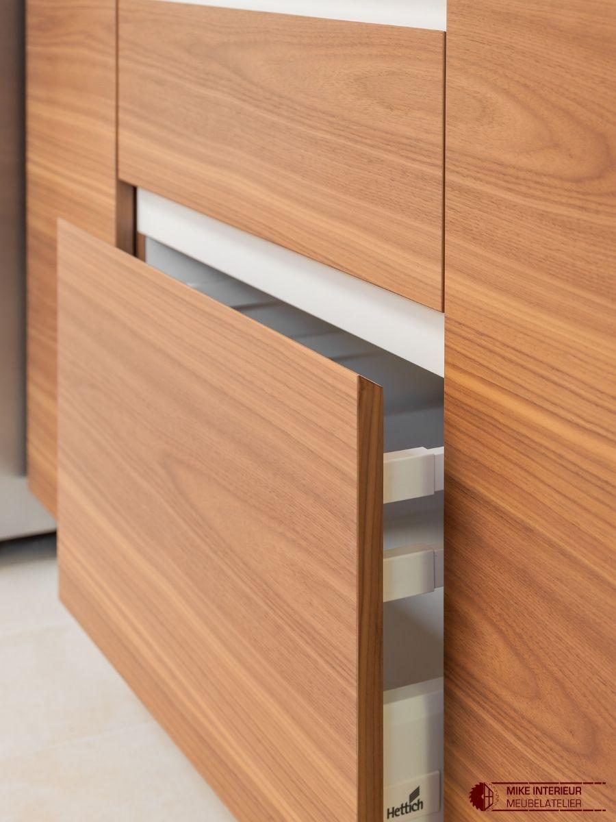 Keuken in notelaarfineer